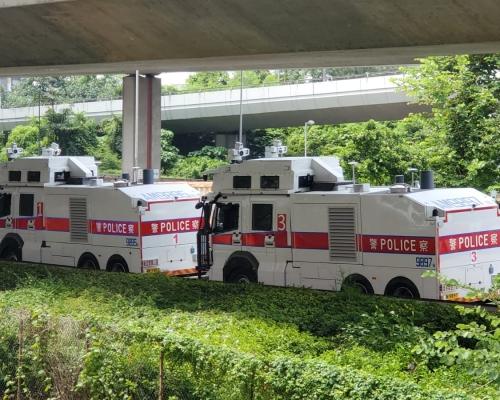 【修例風波】兩輛水炮車泊中聯辦旁 防暴警香港站內戒備