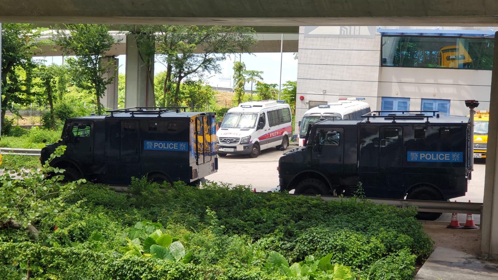 兩輛銳武裝甲車在中聯辦附近戒備。
