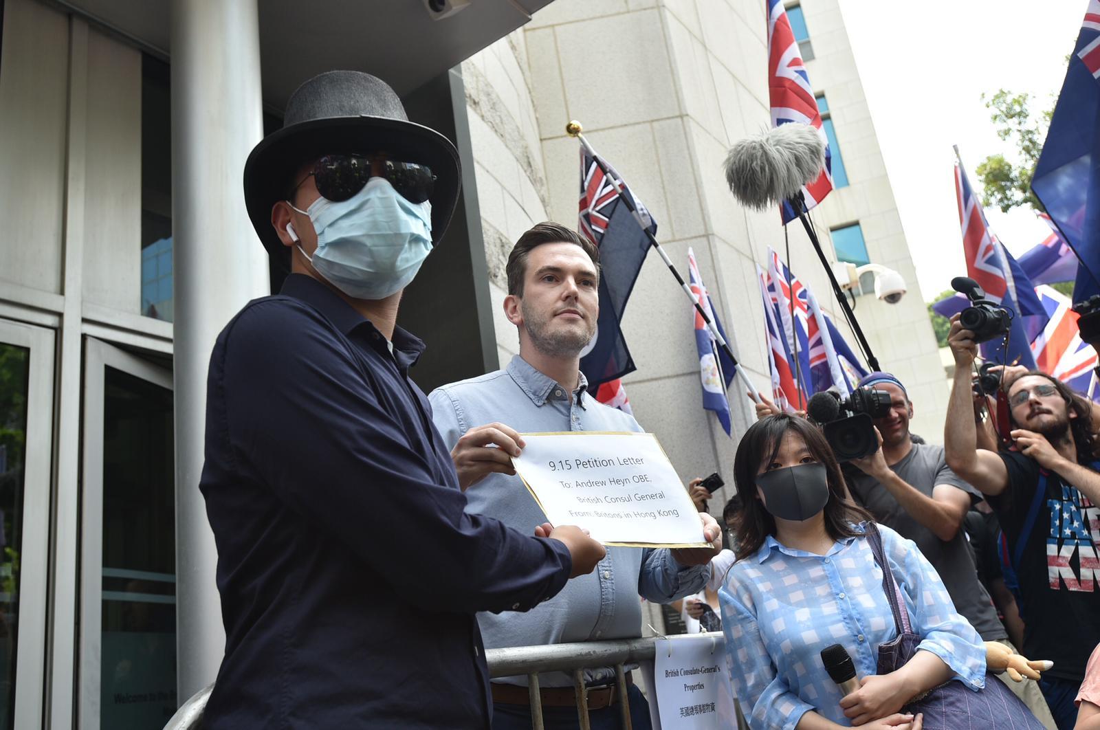 【修例風波】市民英領事館外請願 高呼口號舉英國國旗