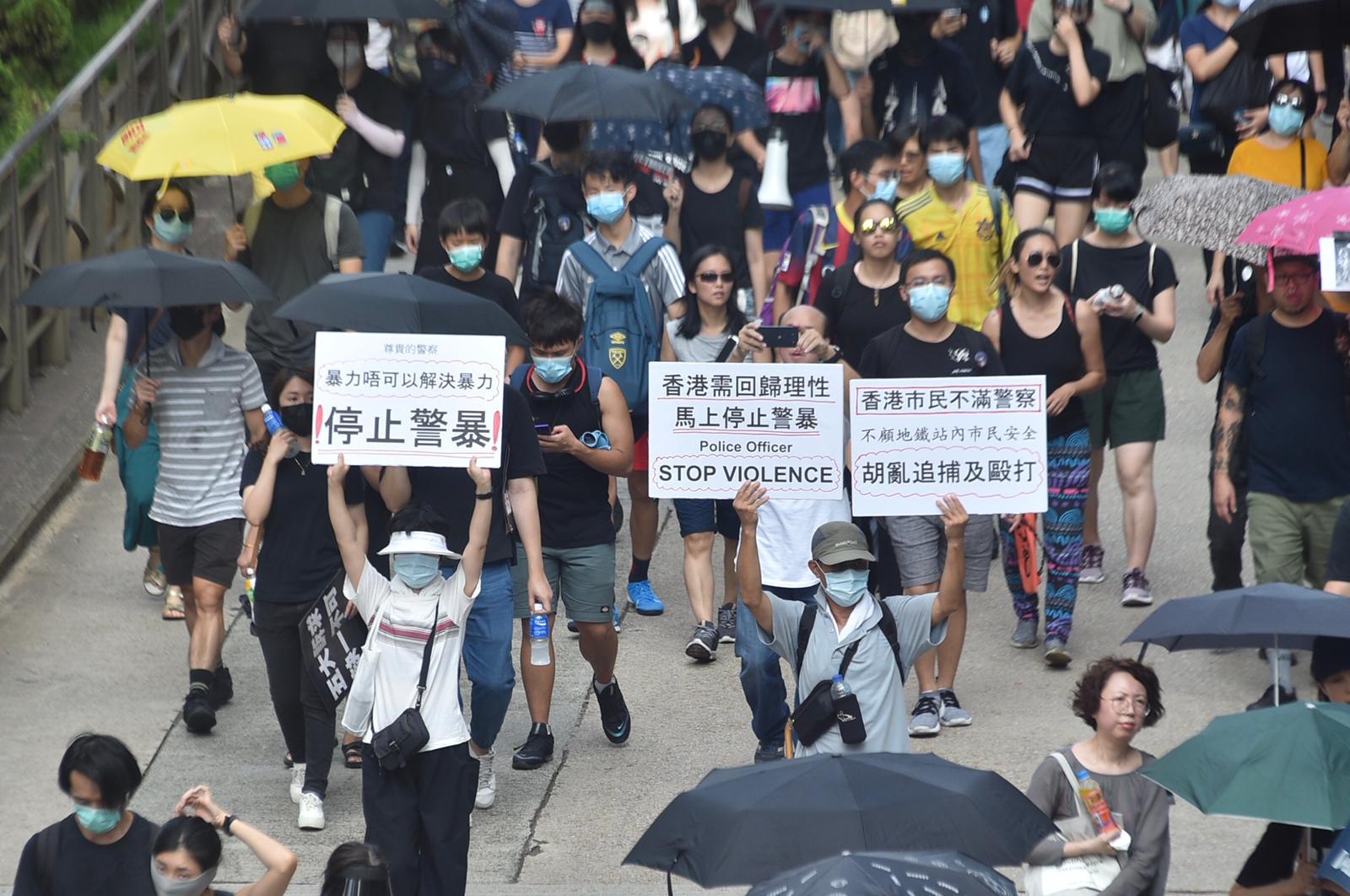 警方指示威者佔據軒尼詩道、金鐘道及德輔道中,造成交通嚴重阻塞。