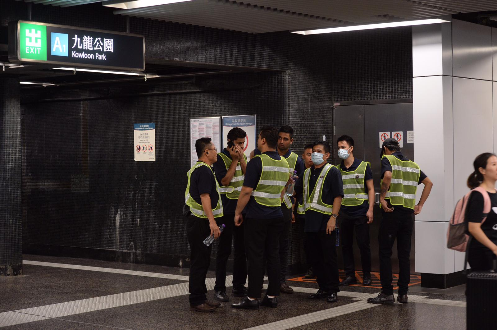 「前啹喀兵」於站內巡邏,部份人戴上口罩。