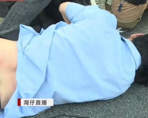 【片段】疑與在場人士爆衝突 藍衣男告士打道倒地受傷