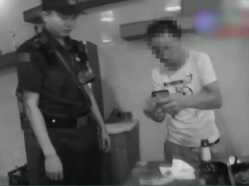杭州一名男子時常在喝醉後胡亂報警,為的是想「找人說話」發洩情緒。影片截圖