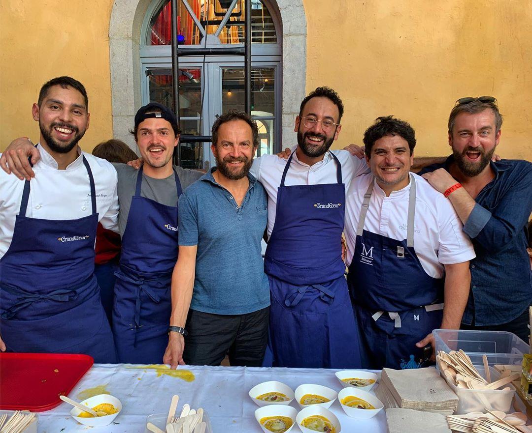 米芝蓮三星名廚科拉格雷科(右二)在法國東南部的里昂街頭美食節上獻上佳餚。 IG圖片