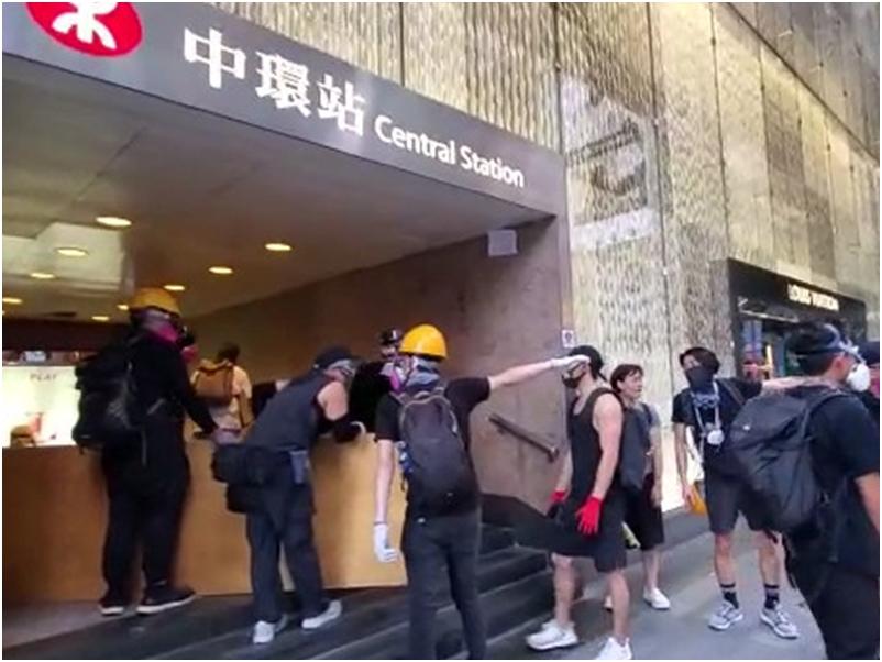 中環站有示威者,用木板等堵塞出入口。黃文威攝
