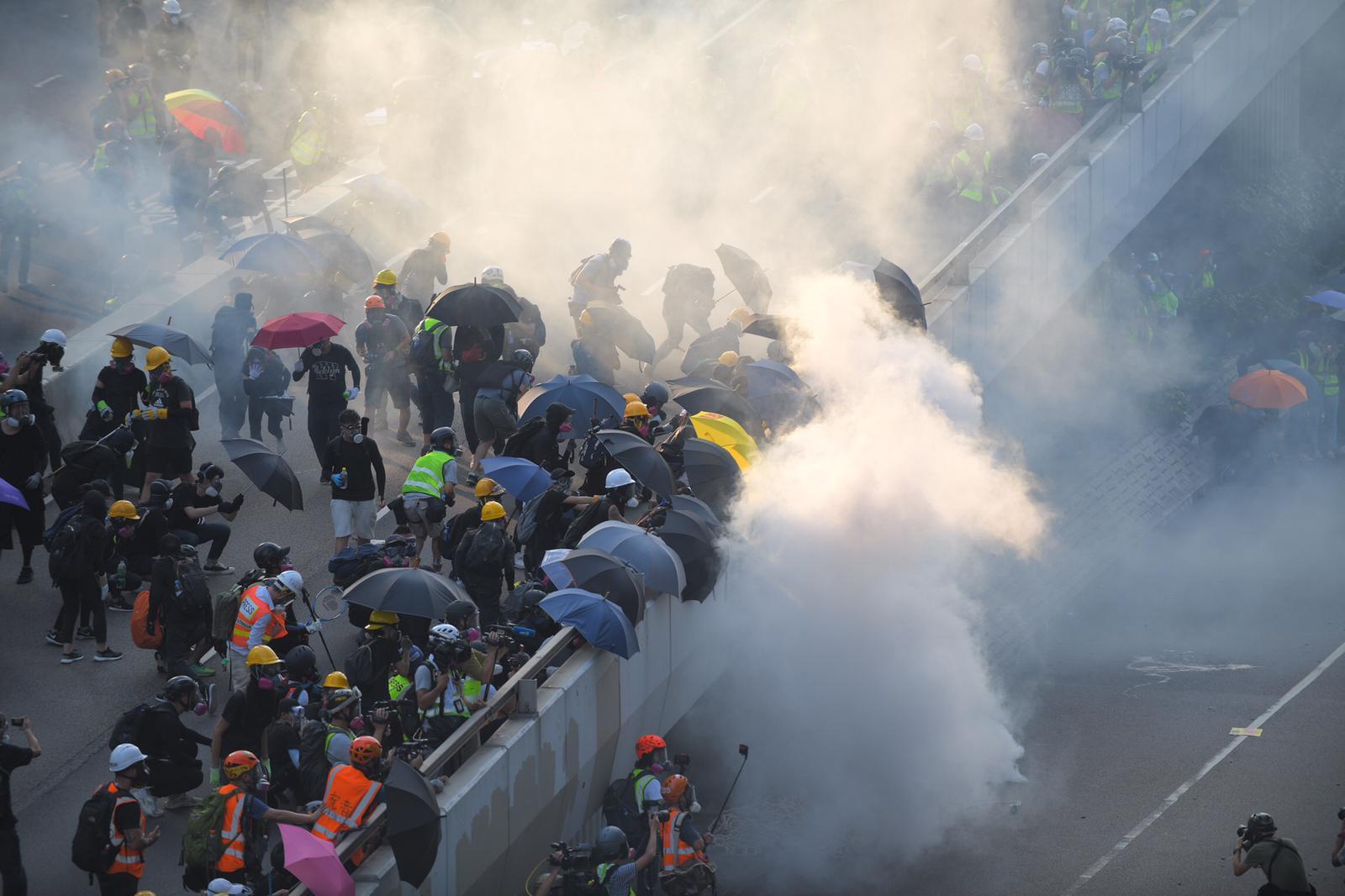 【修例風波】警方政總及金鐘站外發射催淚彈