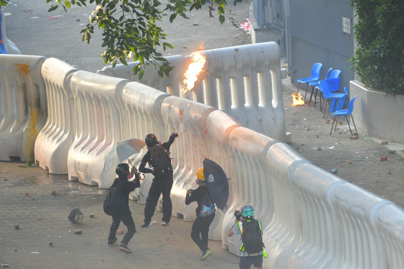 有示威者投擲燃燒彈。