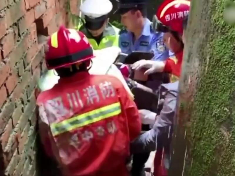 其中部分人員從消防人員打開的牆洞撤離。 影片截圖