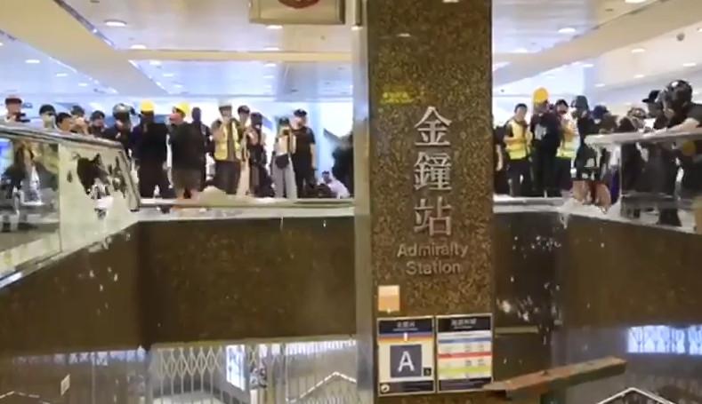 扶手玻璃被示威者打爆。