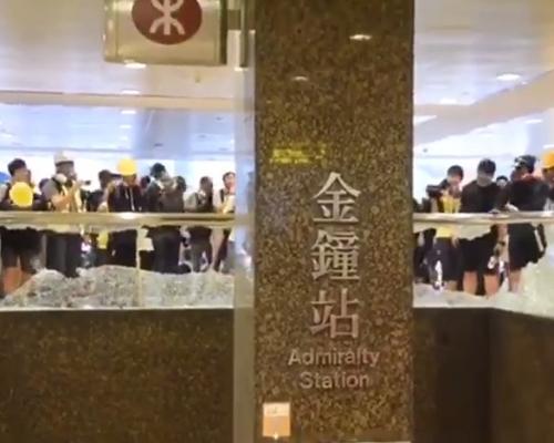 【修例風波】海富中心出口扶手玻璃全毀 示威者涉向政總掘磚掉汽油彈