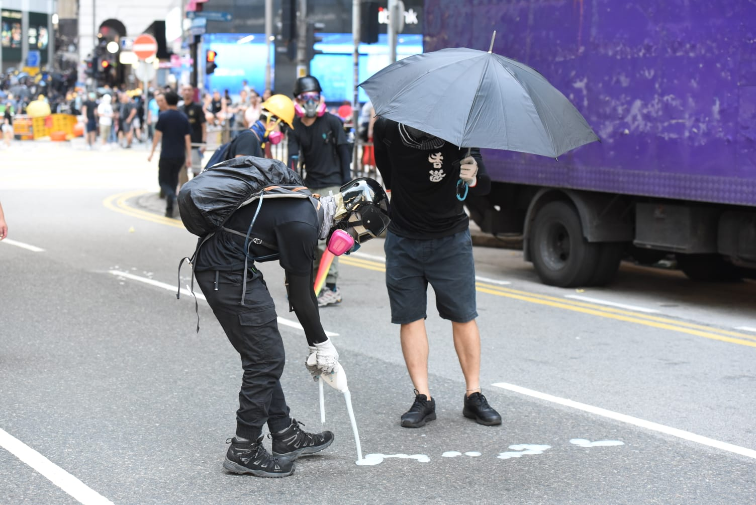 有示威者懷疑在地上倒下洗潔精水。黃文威攝