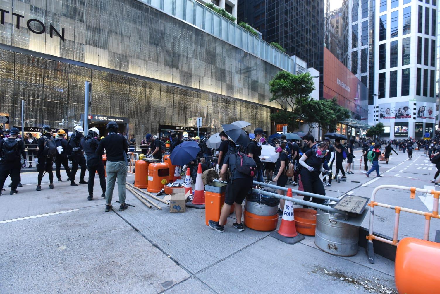 示威者拖雜物、垃圾桶等堵路。黃文威攝