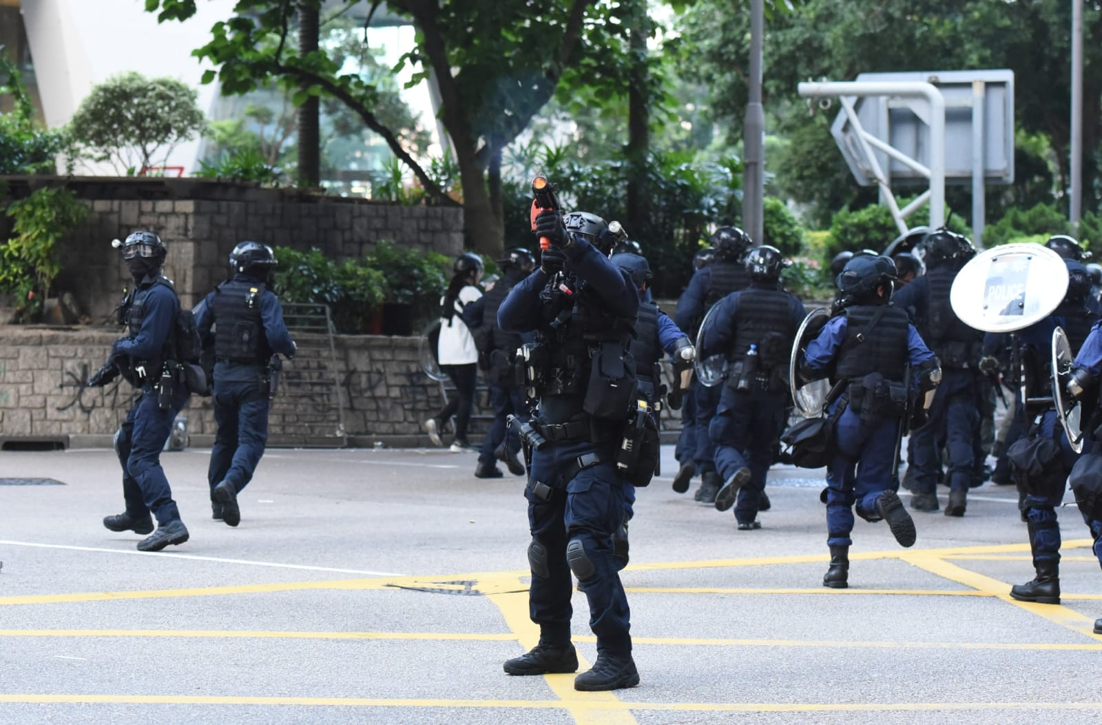 警員在現場驅散示威者。黃文威攝