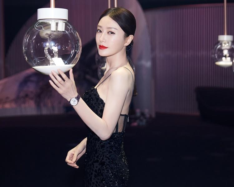 嵐的入行乃是當年為婚紗公司當模特兒,如今是不少名牌代言人。