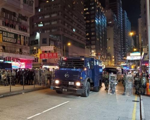 【修例風波】防暴警出動裝甲車 灣仔驅散示威者