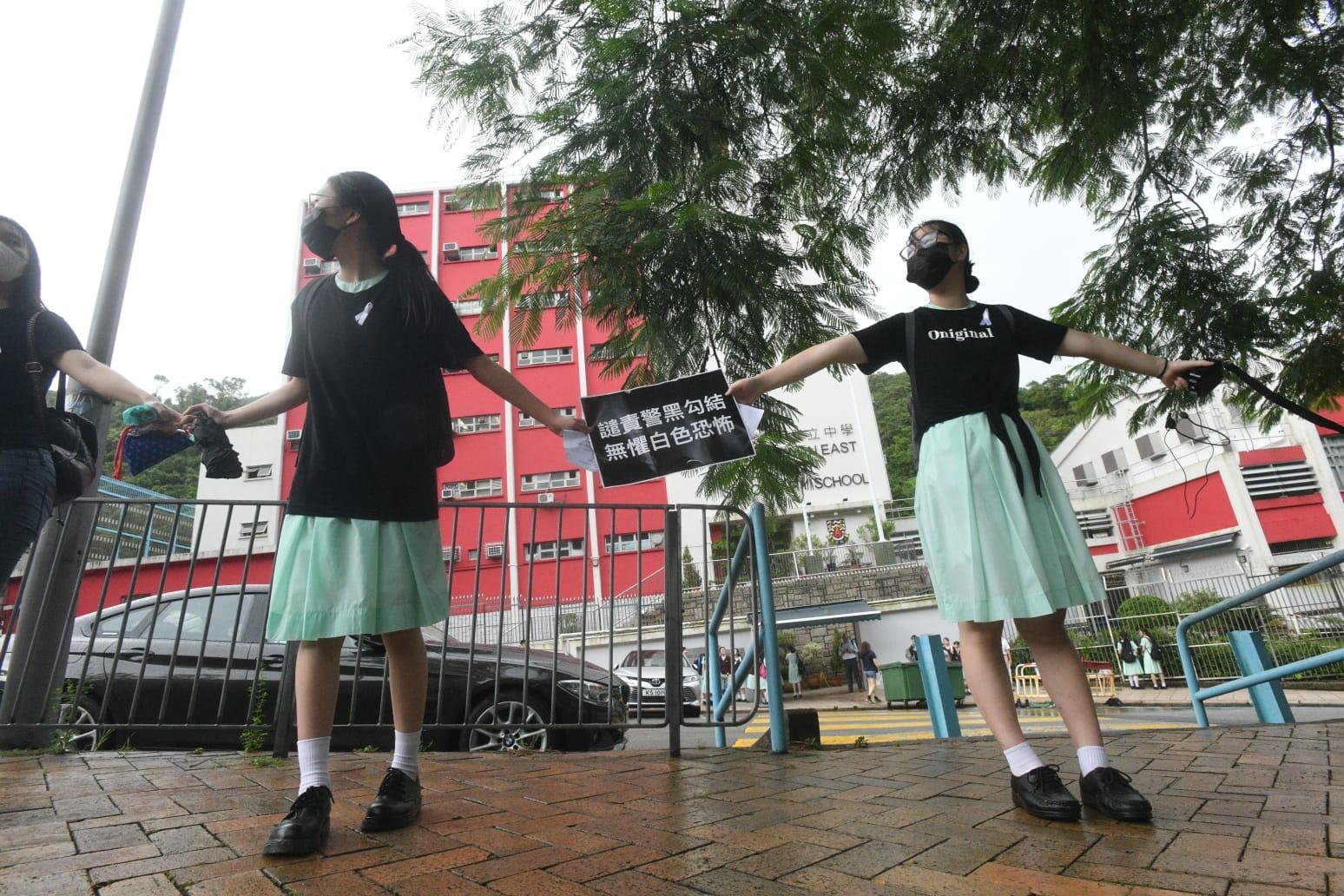 近日多間中學校外有組人鏈活動。資料圖片