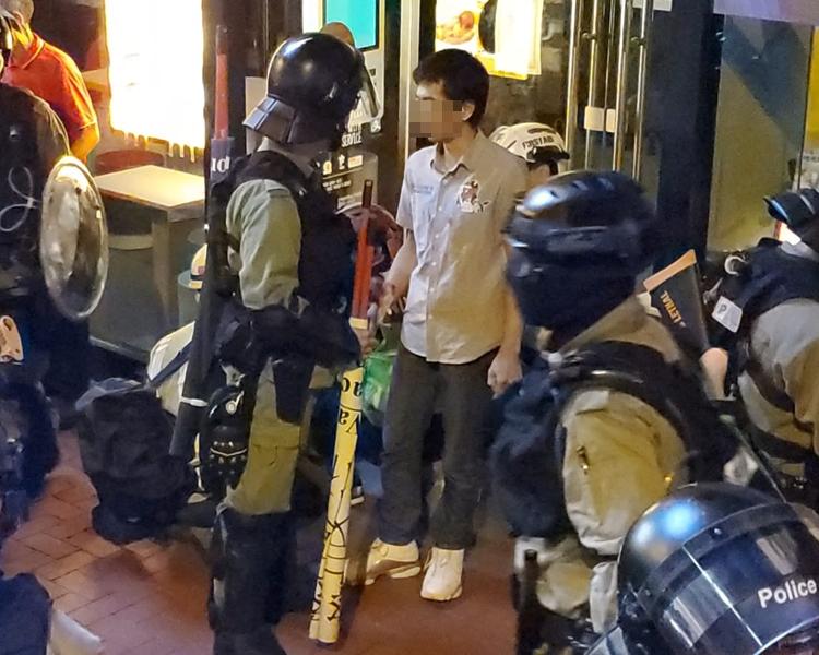 警察截查一名男子。