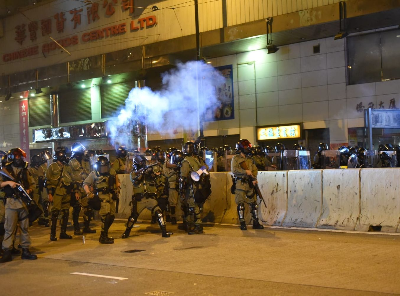 警方在英皇道發射多枚催淚彈。