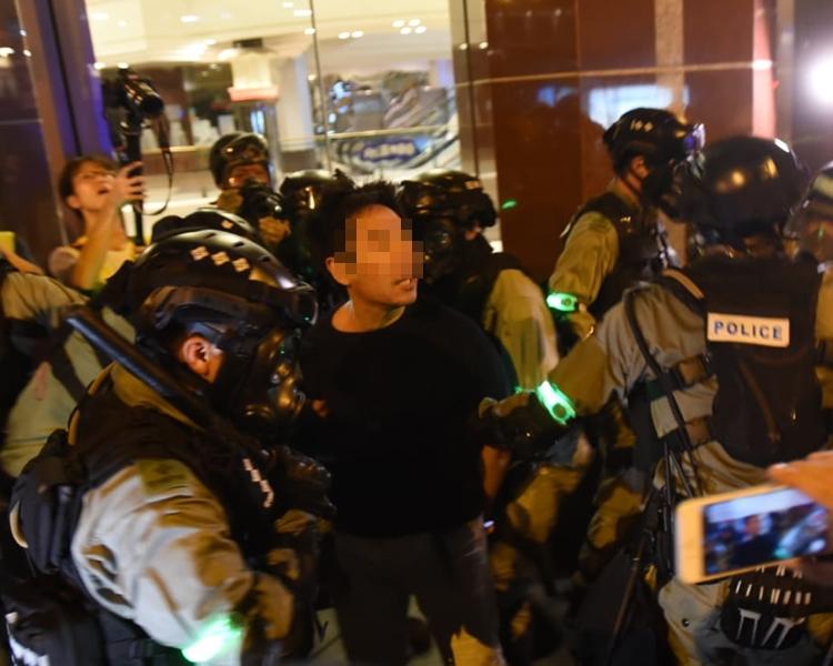 男子被警方扣查。