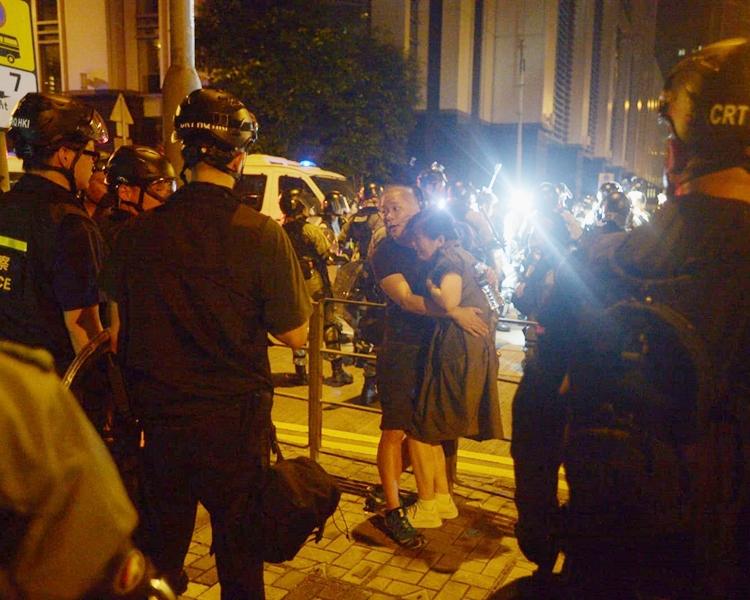 一對男女遭警方截查,女事主受驚大哭。