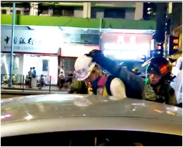 記者被警方帶走。「廣播新聞網」fb截圖