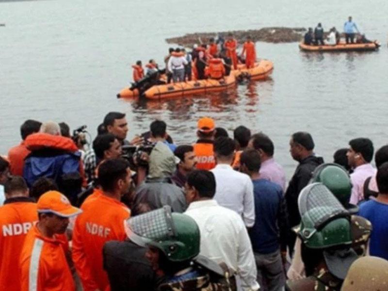 印度南部一艘觀光船在戈達瓦里翻船後至少有13人死亡。(網圖)