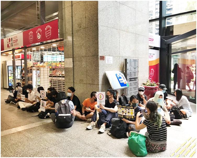 戴口罩示威者在大樓地下大堂靜坐。