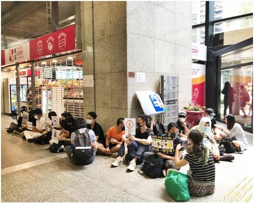 【修例風波】網民發起「稅局升級行動」 示威者稅務大樓內靜坐