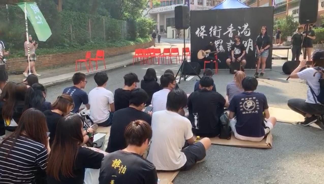 罷課學生唱出反修例歌曲。Symedialab 新傳網影片截圖