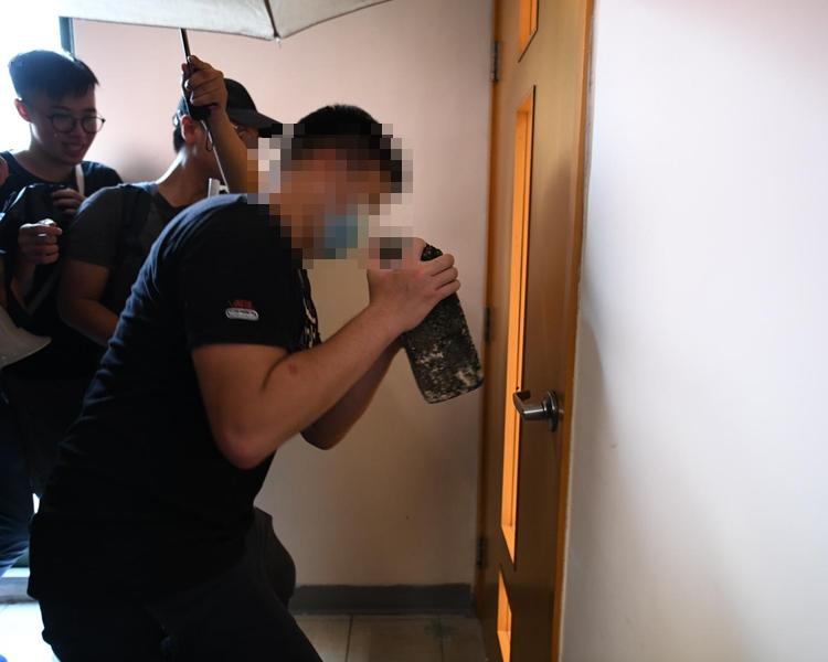 浸大學生校內遊行期間,以磚頭「爆門」。