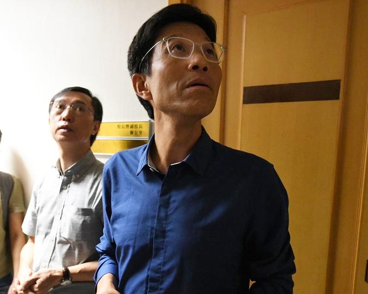 浸大副校長周偉立(藍衣)及浸大新聞系系主任劉志權(灰衣)到場。