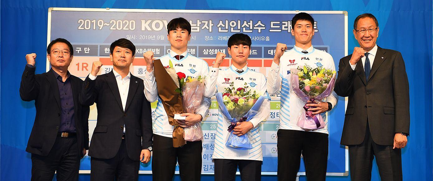 陳志威(右二)獲勁旅大韓航空青睞簽約三年,終實現其職業夢。大韓航空Jumbos官網圖片