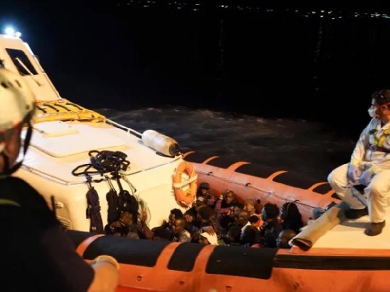意大利在本月14日讓一艘承載82位的難民救援船停靠至該國的蘭姆培杜莎島。AP