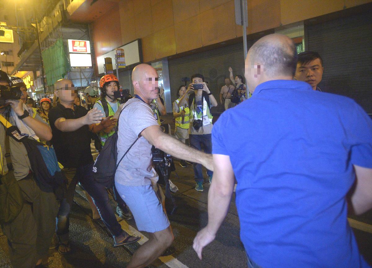 2名男子涉嫌襲擊記者及市民。資料圖片