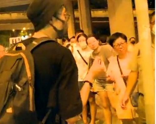 【修例風波】數百市民廣源邨築人鏈 疑有人向人群射波子