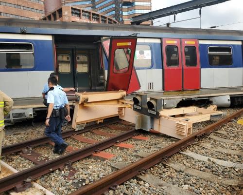 【港鐵出軌】車卡斷開兩截車門飛脫 橫跨兩條路軌