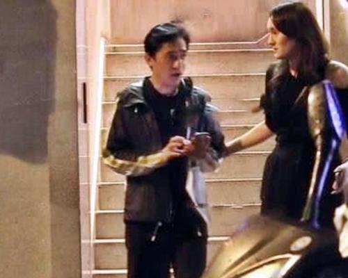 偉仔與跌膊女返酒店惹猜疑