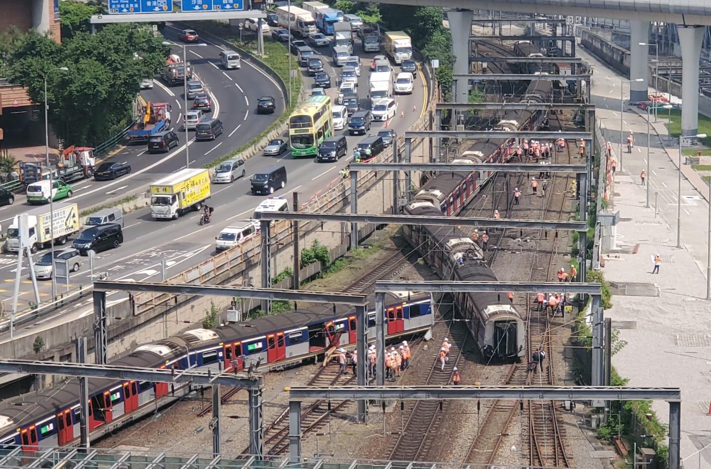 目前出事列車仍停在路軌上。