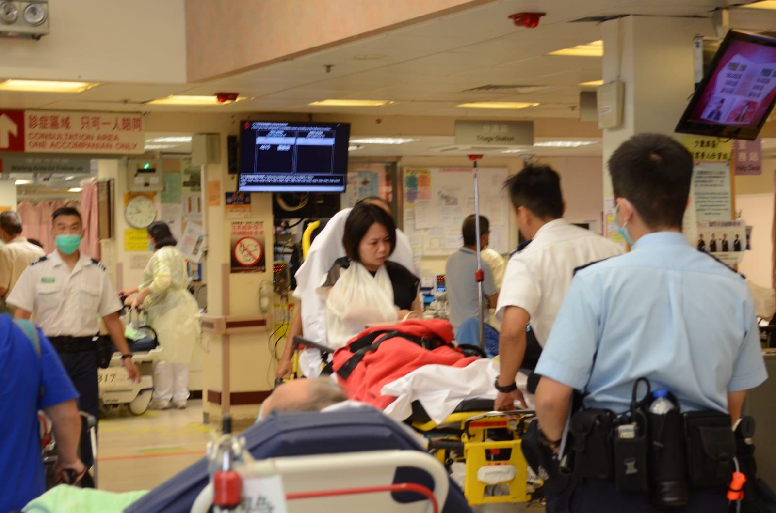 其中一名女傷者送院治理。