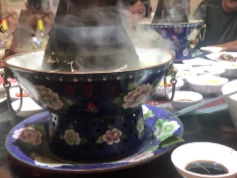 火鍋店用的是木炭銅爐火鍋。(網圖)