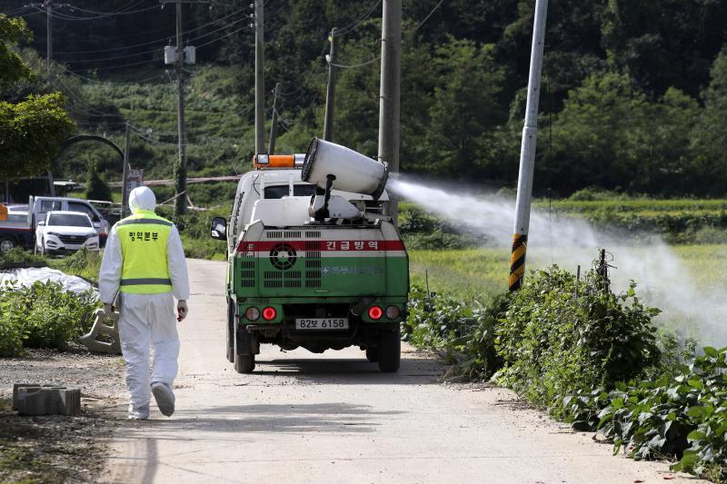 養豬場隨即被列為疫區,封閉48小時消毒。AP