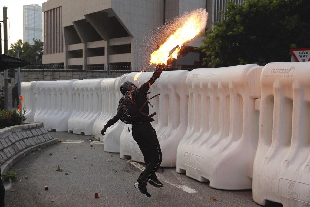 示威者投擲汽油彈。AP圖片