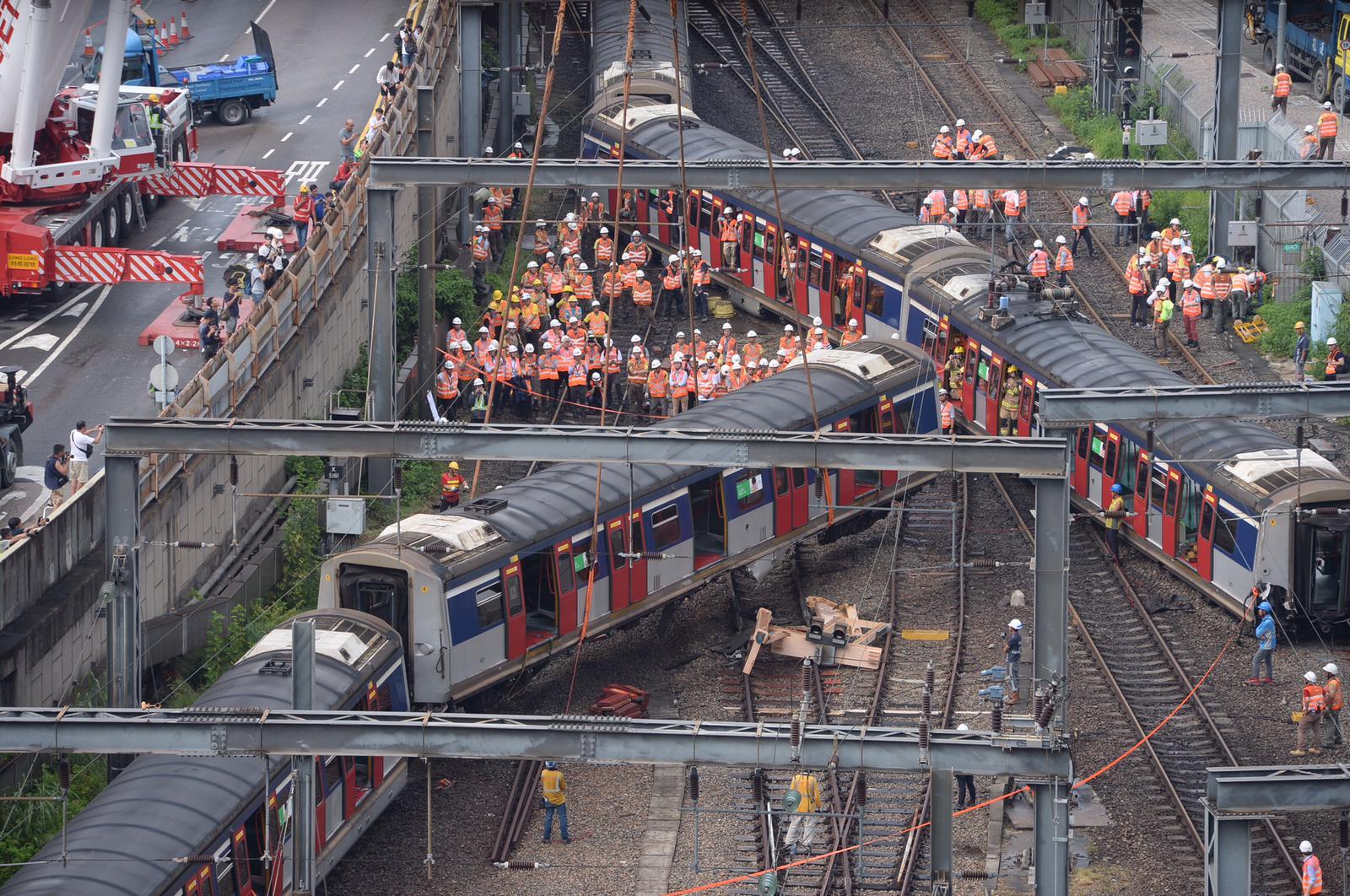 【港鐵出軌】工程人員成功將一節出軌車廂吊起並移離路軌