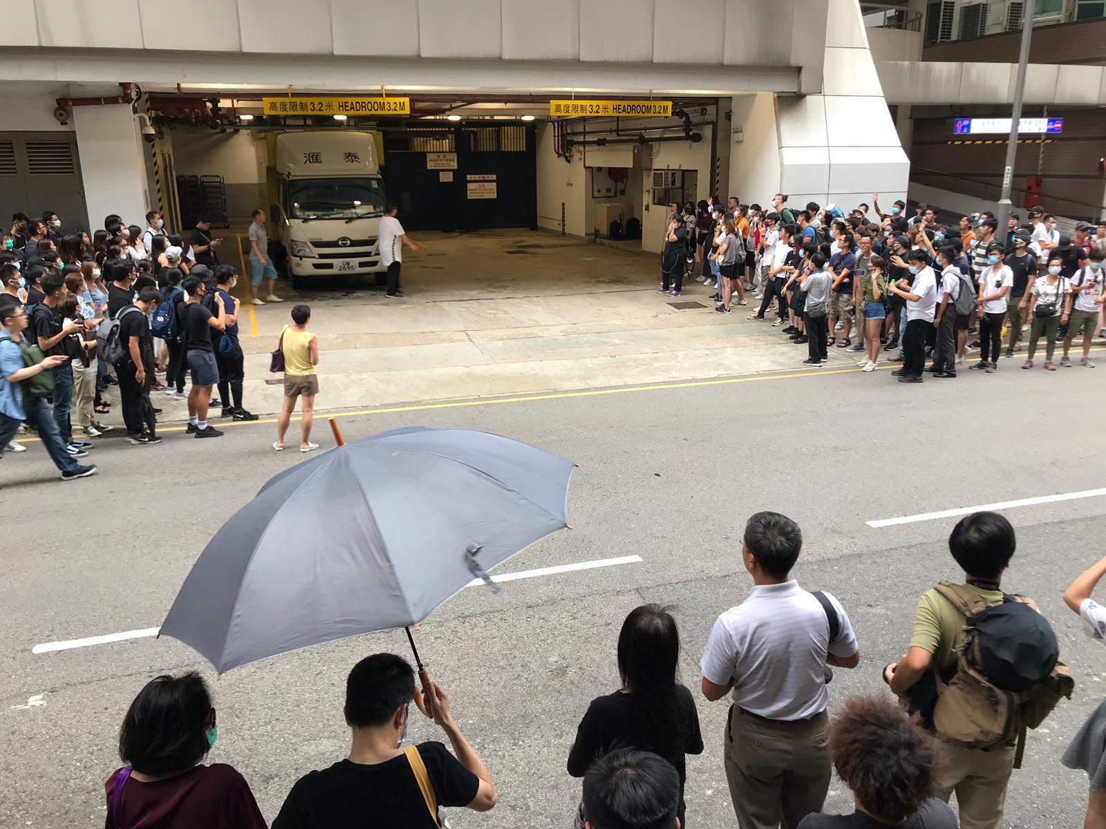 大批市民在東區裁判法院外聲援。