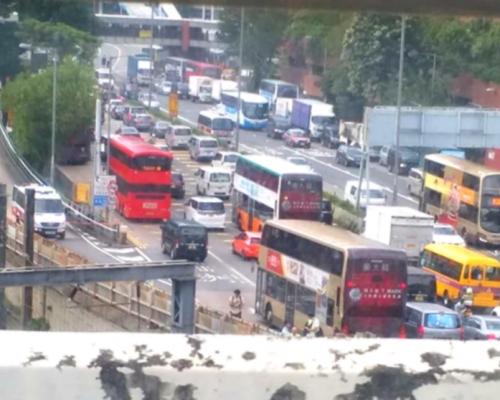 【港鐵出軌】康莊道部份行車線仍封閉 紅隧往香港方向嚴重擠塞