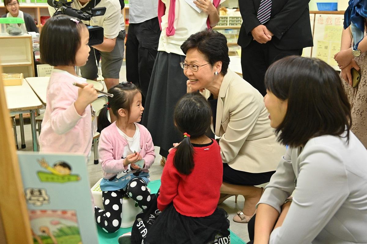 林鄭月娥(右二)及葉文娟(右一)視察學童上課的情況。政府新聞處