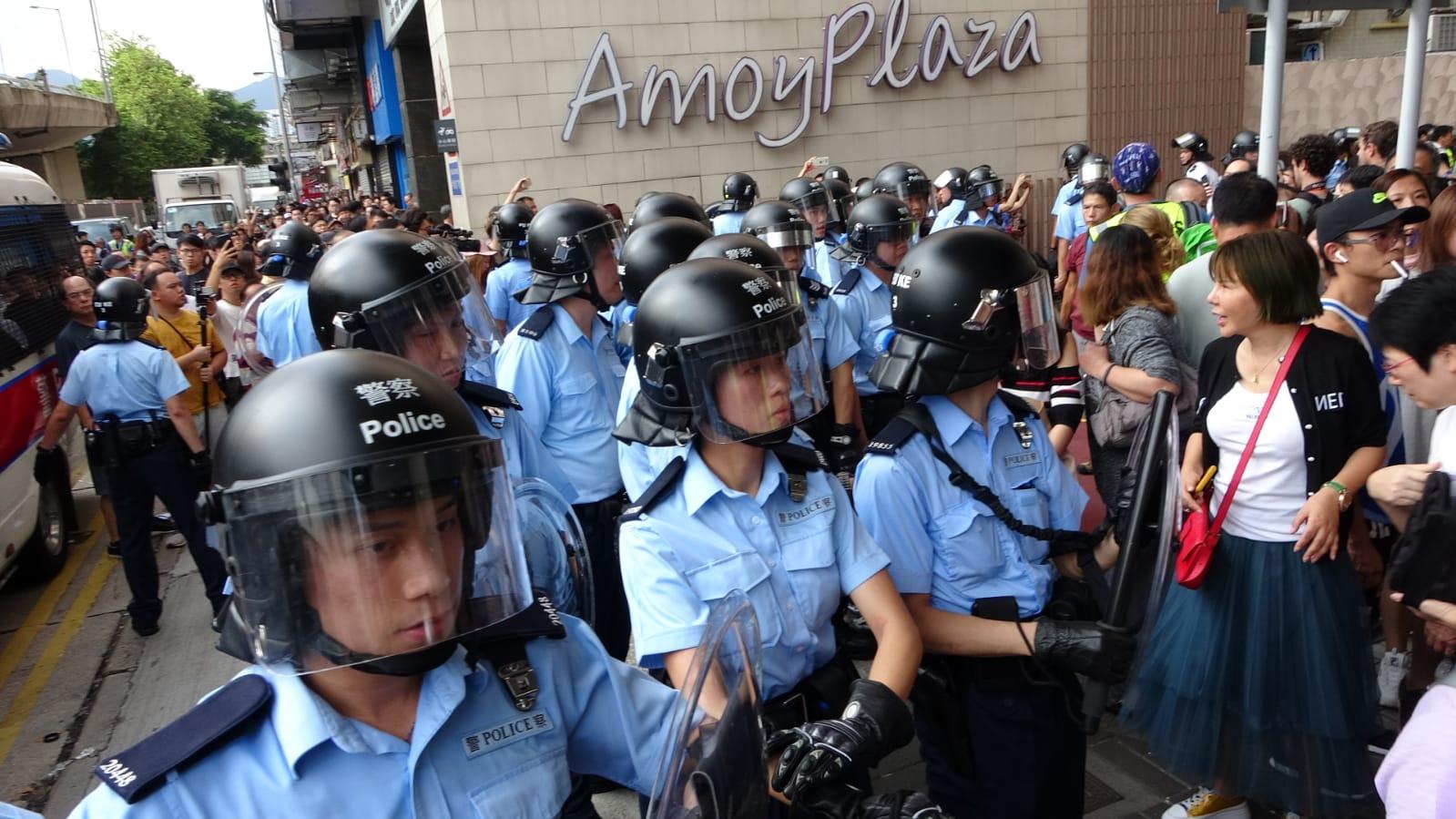 淘大商場衝突警員到場控制秩序。資料圖片