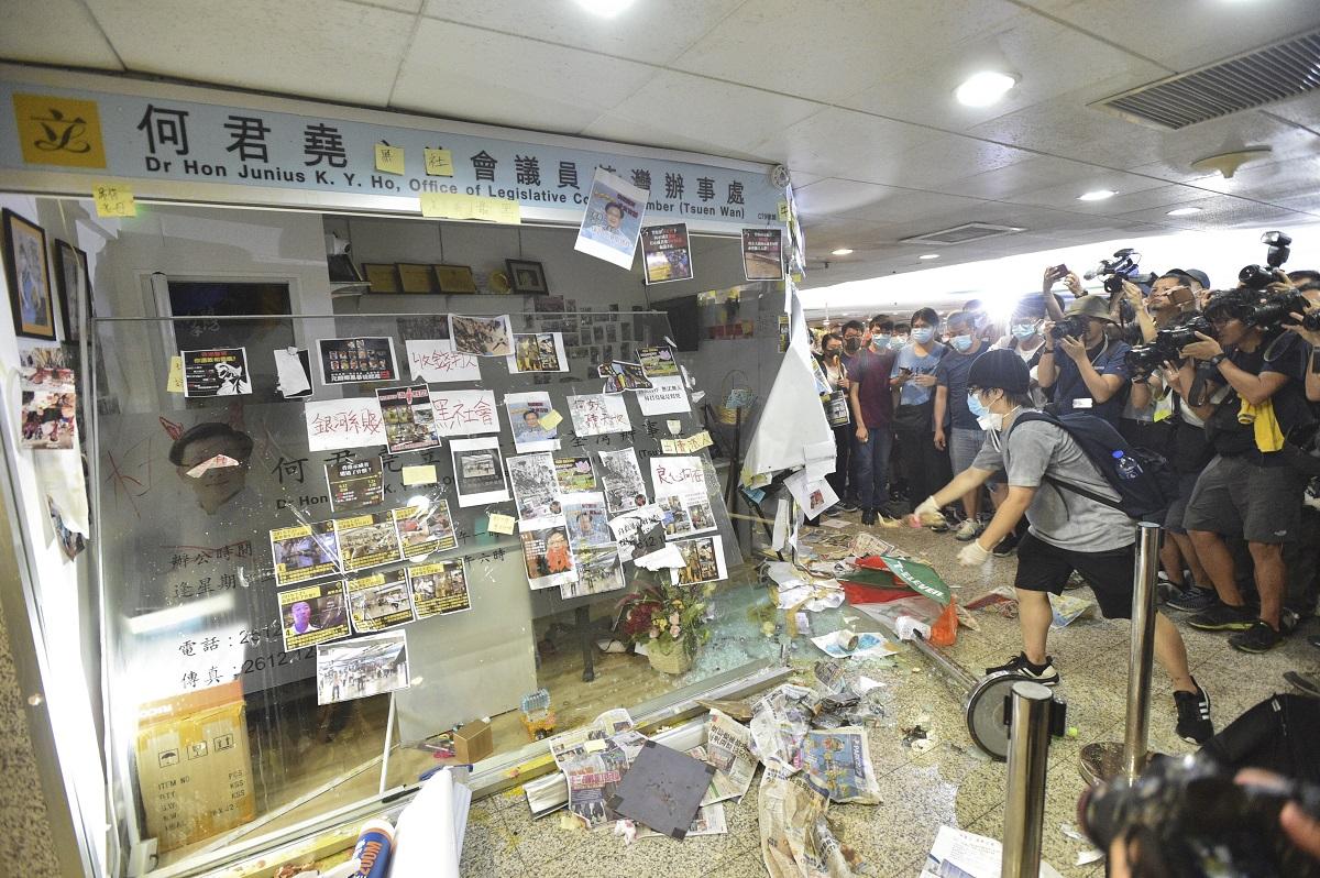 立法會議員何君堯荃灣辦事處遭示威者刑毀。資料圖片