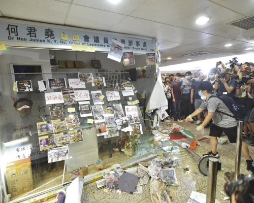 【修例風波】何君堯荃灣辦事處刑毀 18歲男子被捕明提堂