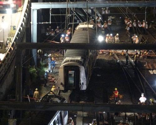 【港鐵出軌】通宵搶修 工程人員焊接路軌